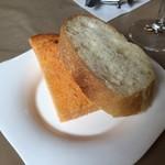 柿の樹 - 自家製パン 左はトマト味