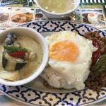 Thai Restaurant BASIL - バジルとカレーのセット。けっこう辛い。