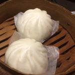 黒松家餃子 - 小ぶりな豚まんが2個。店主は関西出身?