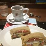 梟書茶房 - ホットコーヒーとフルーツサンド