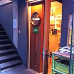 エルエンカント - 入り口。怪しげな路地裏に、かわいいドアが。