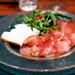 "osteria LIU - 燻製生ハム""スペック""と燻製リコッタチーズの  クロスティーニの取り合わせ"