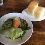 ペスカッペ - サラダ、パン