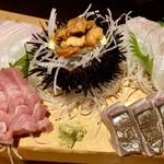 防波亭 - 料理写真:浜盛り五種 1250円 (上段左から)サメガレイ、ウニ、ヒラメ (下段左から)中トロ、さわら(炙り)