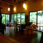Cafe ichara - ウッディな室内。