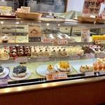 仙臺菓匠 宮城野 - けっこう、たくさんの種類のケーキが並んでいます!!