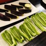 遊食亭 ばり博多 - 丸茄子とピーマン(サラダというか塩のみ)w