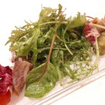 113322644 - ワラを使用した三角バラの自家製スモーク生ハム                         季節野菜の揚げびたし サラダ仕立て