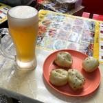 西湖春上海小龍包 - 上海小籠包4個 400円(税込)・ビール 380円(税込)