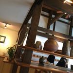 梵恩舎 - 入り口に陶器がたくさんあります。