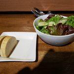 OSTERIA udagawa - パンとサラダが出てきます