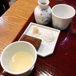壱刻 - 手前の絞り大根汁に信州味噌を混ぜながら 蕎麦がくるのを待ちます。