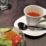 106 サウスインディアン - サラダとスープ。スープは、スパイスがきいていて、美味しいです。