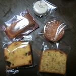 113374918 - 購入した焼き菓子