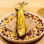 LURRA° - ベビーコーンの燠火焼き、発酵唐辛子とフィンガーライム