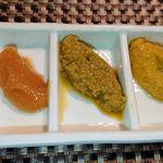 113381248 - 小田原ならではの梅みそ(左)など3種類の薬味もあり、それらの食べ比べも楽しめます。