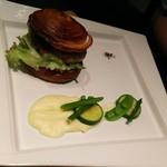 113386443 - バンズロールハンバーガー、粒マスタード、食感を残したカブ