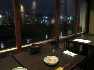 うしのほね 本店 - 鴨川に面した2階のテーブル席☆