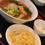 餃子の錦華苑 - 料理写真:醤油ラーメン+半炒飯(680円)