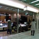 鈴波 エスカ店 - お店の外観です。 この店舗は、名古屋のエスト地下街にお店があるんですよ。 左側がお持ち帰り、右側が飲食となっていますね。 既に、順番待ちで行列が出来ています。 人気店なんですね。