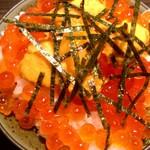 助六 - うに醤油ダレの一口いくら丼(580円)