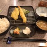 天ぷら倶楽部 - 料理写真:日替わり定食(天ぷら6品) ごはん 味噌汁 おかわりOK お漬物は キムチと大根 天ぷら第一便は ピーマン白身魚 えび