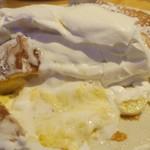 オリジナルパンケーキハウス - ・「絶品ふわとろチーズパンケーキ キャラメルバナナ(¥1490)」の断面。