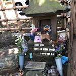 ちばや - ハチ公のお墓。小さなお墓に沢山のお供えもの