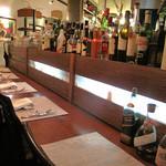 ラ テッラ - こちらは厨房や石釜が垣間見えるカウンター席。