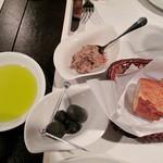 ラ テッラ - 乾杯のスプマンテを頂きながら、ちょっとした『お口の愉しみ』を頂きます。リエット・オリーブの実・パン・オリーブオイル。