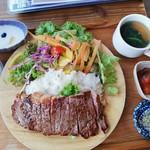 モニカ&アドリアーノ - ビーフサーロインステーキ ランチ定食は1480円(税込)