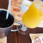 113451698 - ドリンクセットのアイスコーヒー、オレンジジュース。
