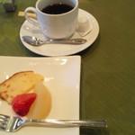 11346248 - デザート&コーヒー。今日はオレンジのパウンドケーキとりんごのコンポートとイチゴ。