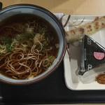 麺工房 - キャーーー!!!かけ蕎麦 !¥400。  高速SAで今時¥400は安いね。 ちくわ天とおにぎりも。  おにぎり¥180は強気すぎやしないかい???