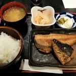 魚と旬の料理 まる - 焼き魚定食 全景