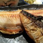 魚と旬の料理 まる - 手前はさば