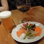 Italian Kitchen VANSAN - 生ビール550円と前菜の盛り合わせ890円