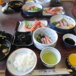 海山荘 - 料理写真:夕食は地元の海の幸をつかった御膳です。