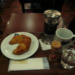 CAFE do CENTRO - クロワッサン(スイス風120円)とプレスコーヒー バイア(340円)