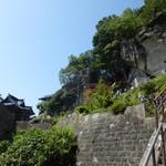 瀧不動生そば - 厳しい階段と五大堂