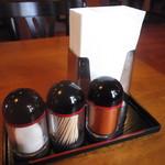 サプナ - テーブルには香辛料も完備