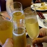 113500603 - シャンパンで乾杯