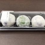 113501858 - お餅は丁寧にプラスチックの容器に入れられています。