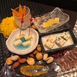 芦屋こはく - チーズ盛り合わせ 1,500円 ミモレット、ブルーチーズ、タレット他チーズの盛り合わせ、白カビの乾燥ソーセージ、アーモンド、ピスタチオ、ジャイアントコーン、クルミ他