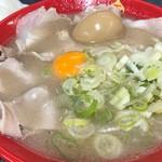 113512217 - 全部のせ ※チャーシュー、煮玉子、生の卵黄、ネギ盛、そして別皿で海苔。