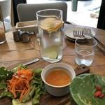 113516828 - セットについてくるスープとサラダ、単品で頼んだグリーンスムージーとサービスのデトックスウォーター