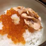 113527310 - ほぐした塩引鮭と醤油はらこをご飯に乗せて即席親子丼