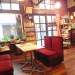 11353137 - 店内。書庫があります。