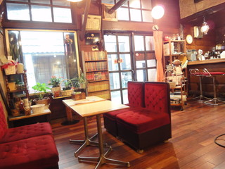 珈琲専科 綾 - 店内。書庫があります。