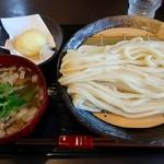 うどん家 一 - 料理写真:肉煮干つけうどん・大盛(850円)+半熟地玉子天(120円)